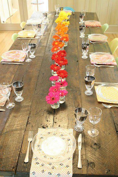 Gerbera's voor op de eettafel met gezellige gasten