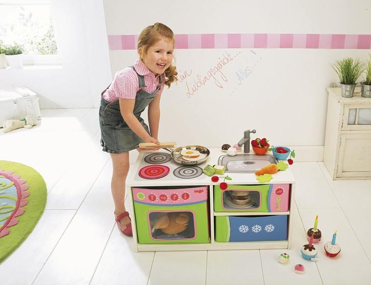 Sitzbank Kinderküche - An die Töpfe, fertig, los! Aus dieser bequemen Bank wird ganz einfach eine Kinderküche: Die 3 Faltkästen bieten viel Stauraum für Spielsachen und werden im Nu zu Mikrowelle, Tiefkühlfach, Ofen und Waschmaschine. Die zwei roten Scheiben zeigen, wenn die Herdplatten an sind. Wenn kleine Köche mal eine Pause brauchen, drehen sie die Faltkästen auf die einfarbigen Seiten und entspannen sich auf der Sitzbank. (Artikelnummer 8085)