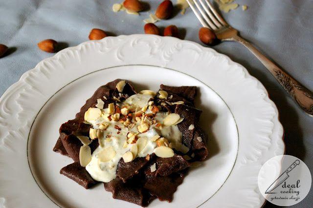 Mamy ochotę na coś pysznego i oryginalnego, ale w naszej kuchni wieje pustką... mąka, kakao, jajka, jogurt, ser, orzechy, migdały.... hokus pokus...... czary mary.... kakaowe pappardelle z sosem z sera pleśniowego z orzechami laskowymi i migdałami :-)