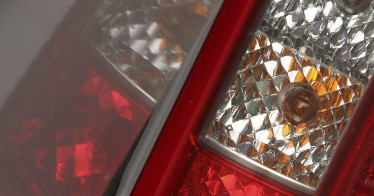 Cómo reparar las luces de los intermitentes. Arreglar las luces intermitentes de un coche es saber dónde hay que mirar. Los problemas que ocurren normalmente son una bombilla fundida o un fusible gastado. Es mejor mantener piezas de repuesto de ambas partes cada vez que sea posible ya que es ilegal conducir sin las luces intermitentes funcionando correctamente.