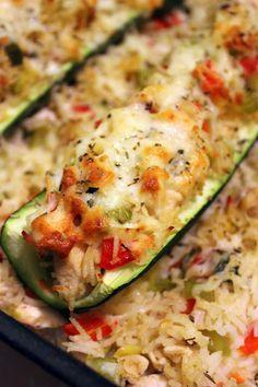 Gevulde courgettes met rijst, groenten en kip