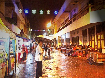 Daerah Pecinan Semarang, tempat paling pas untuk icip-icip jajanan paling enak se-Semarang! (Just like any other cities over the world, Semarang has also its own Chinatown, the right place to find several great foods!)
