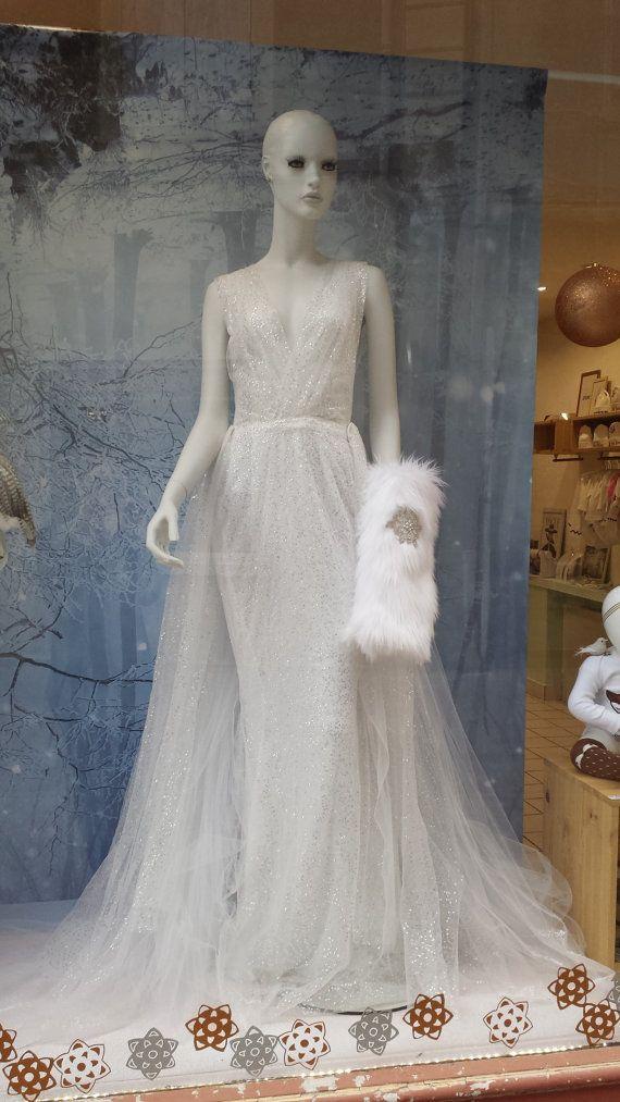 Als een prinses op uw trouwdag, Hier zijn de Faerie jurk:  Het is samengesteld uit twee delen:  De eerste is een zeemeermin jurk heeft kelderen voorkant van de hals en een halster, kelderen de bovenkant is all-in geplooide Tule. De jurk sluit met een onzichtbare rits aan de onderkant van de rug naar achteren. Het is in tulle witte en zilveren pailletten en witte polyester voering.  Het tweede deel is een grote afneembare trein in tulle zilveren pailletten en witte Tule, hij hecht aan de…