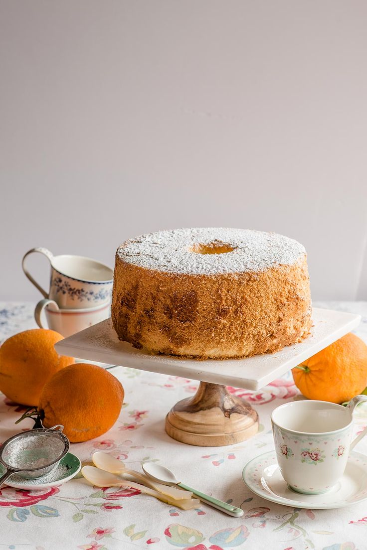 Chiffon cake de naranja, bizcocho esponjoso que se prepara con un molde para angel food cake y se enfría cabeza abajo. Trucos y consejos.