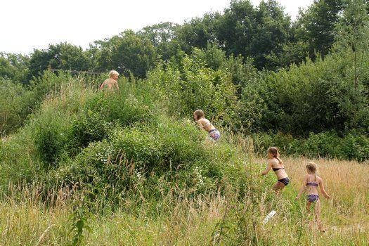 Geniet met je blote voeten van 2 kilometer lang gras, modder, de leemkuil, water, zon en regen. Klauter over boomstammen, speel in de ondiepe gracht om het tropisch eiland, plons van de glijbaan in de leemkuil. Sluitje ogen op het zintuigenpad en buig jezelf in de yogahoudingen in de yogawei. Het kan allemaal op onsLees verder