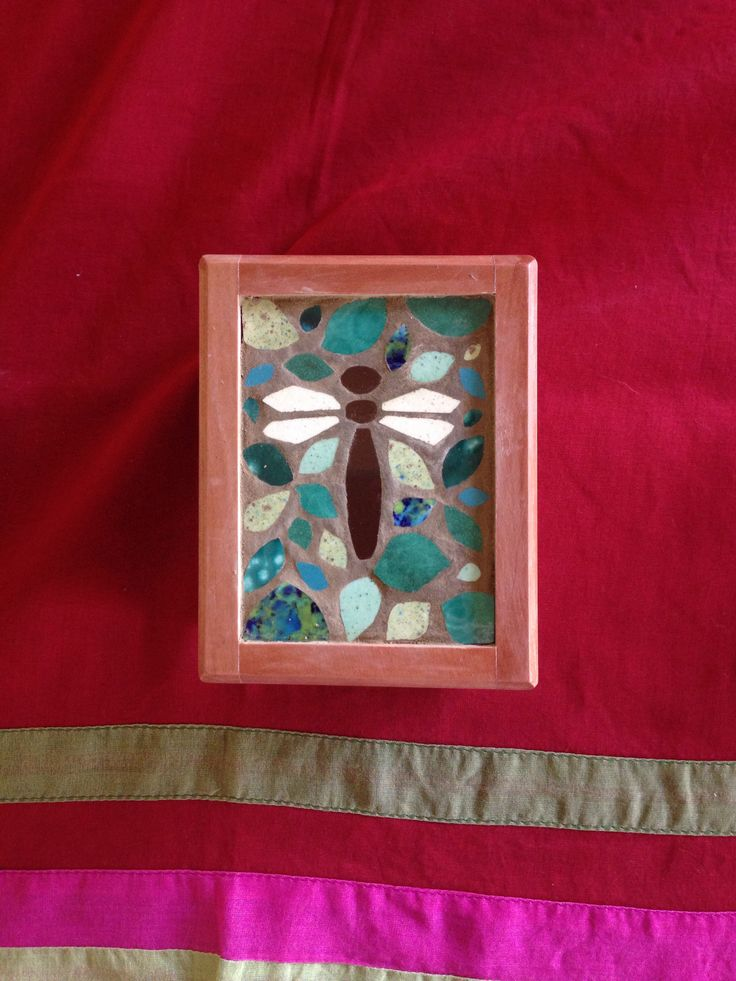 Cajita con libélula y hojas mi mosaico