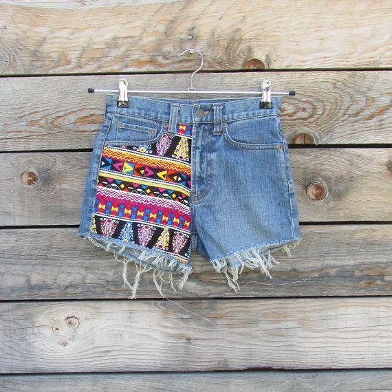 Mini short en jeans hippie bohème, jeans recyclé, empiècements de tissus colorés, motifs ethniques, short festival d'été, short gipsy, ibiza, Fait main Matériaux : jeans foncé, jeans recyclés, short en jeans, jeans découpé, effet destroy, tissus ethniques, tissus colorés, tissus tribal, mini short, imprimé africain, short en jeans déchiré, noir rose bleu, Mini shorts bohemian hippie jeans, recycled jeans, yokes colorful fabrics, ethnic, shorts summer festival, short gipsy, ibiza, Handmade…