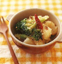 """200種類以上もの栄養素を含むブロッコリーは、""""野菜の王様""""といわれます。ビタミンCが豊富なので健康のために、上手に取り入れたい食材です。今回はパンにもよく合う、イタリアンテイストのおかずを紹介します。レシピはごくシンプル。ブロッコリーとジャガイモをゆでて、ニンニクとアンチョビを効かせたオイルでソテーするだけ。"""