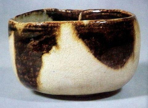 本阿弥光悦(1558-1637)作 膳所光悦(MOA美術館蔵)。小堀遠州が、徳川将軍に茶をお点てするのに際し、光悦に作らせた2つの茶碗の一つ。膳所焼(ぜぜやき)は、滋賀県大津市膳所の窯で、茶陶として名高く、遠州七窯の一つ。寛永6年(1629)、膳所藩主 菅沼定芳が、相模川の左岸に御用窯を築き、本阿弥光悦・小堀遠州・松花堂昭乗との交友に影響を受け茶器を焼いた。膳所藩領内で安土桃山時代から江戸時代初期に焼かれた大江焼・勢多焼・国分焼の3古窯と、膳所焼が廃れた後に復興を目指した梅林焼・雀ケ谷焼・瀬田焼を総称して膳所焼という場合もある。