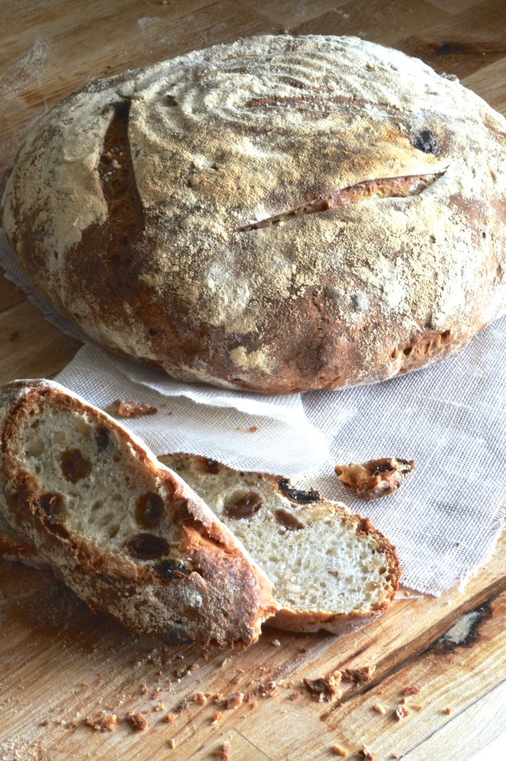 Pane con nocciole e uvetta http://lapanciadellupo.blogspot.it/2014/05/pane-con-nocciole-e-uvetta.html