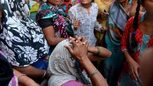 Jongens vast voor verkrachten Indiaas meisje - AD.nl/Het meisje werd vrijdagavond in de buurt van haar huis in het westen van New Delhi ontvoerd en verkracht. Twee uur na haar verdwijning werd ze verminkt gevonden achter een struik in een nabijgelegen jungle. De Delhi Commissie voor Vrouwen (DCW) reageerde geschokt op het nieuws. Tegenover Indiase media zei directeur Swati Maliwal van DCW dat geweld tegen vrouwen in India ,,epidemische proporties'' heeft aangenomen.