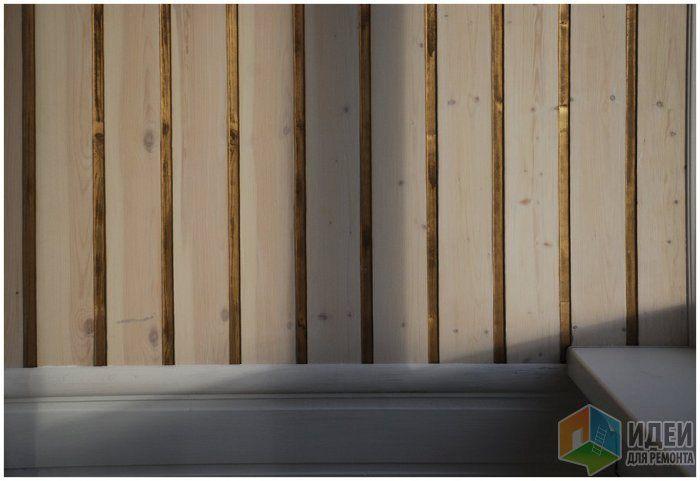 В пазах золотая краска из балончика. Доски покрашены прозрачным белым лаком с добавлением белой краски 1:1. Нижняя часть палубы и потолок, а так же молдинги просто белой краской