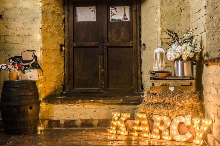 rustic photobooth, Reception. Recepción. @uncuentodeboda. Wedding decor
