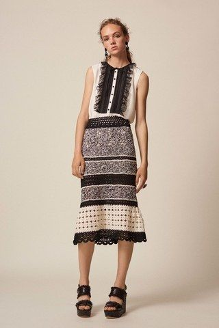 See the complete Oscar de la Renta Resort 2017 collection.