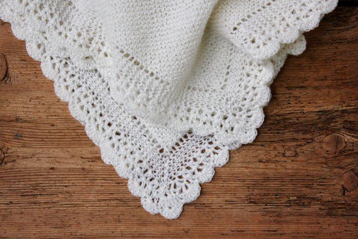 Uhm et lækkert cremefarvet tæppe til den nyfødte – ikke til at stå for, vel? Tæppet er strikket i det lækreste skotske højlandsuld, som fremstilles med størst muligt hensyn til miljøet – og det kan vi li! Babytæppe ser nok mere indviklet ud, end det er, for det er faktisk ganske nemt at strikke, og den hæklede bort er enkel.…