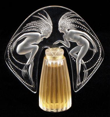 René Jules Lalique (1860-1945) foi um mestre vidreiro e joalheiro francês.Teve um grande reconhecimento pelas suas originais criações de jóias, frascos de perfume, copos, taças, candelabros, relógios, etc., dentro do estilo modernista.