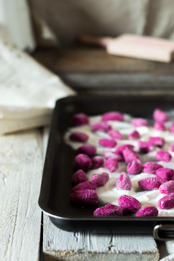 Gnocchi di barbabietola con tartare di pesce spada e gremolata di cipollotto.