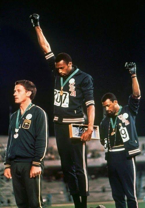 In occasione dei giochi olimpici di città del Messico nel 1968, i due velocisti neri Tommie Smith e John Carlos con pugni chiusi e mano guantata di nero (simbolo della lotta delle Black Panthers), ricevevano le loro medaglie restando immobili sul podio dei vincitori. I due atleti neri ebbero la solidarietà di molti atleti bianchi quando le autorità sportive, ritenendo inadeguato il gesto, li sospesero dalla squadra americana con effetto immediato e li espulsero dal villaggio olimpico.