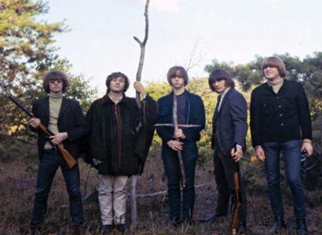 Após o advento da Invasão Britânica, outro movimento musical começava a tomar forma dentro dos EUA como forma de contra-atacar as bandas vindas do Reino Unido.Surgia assim a Resistência Americana…