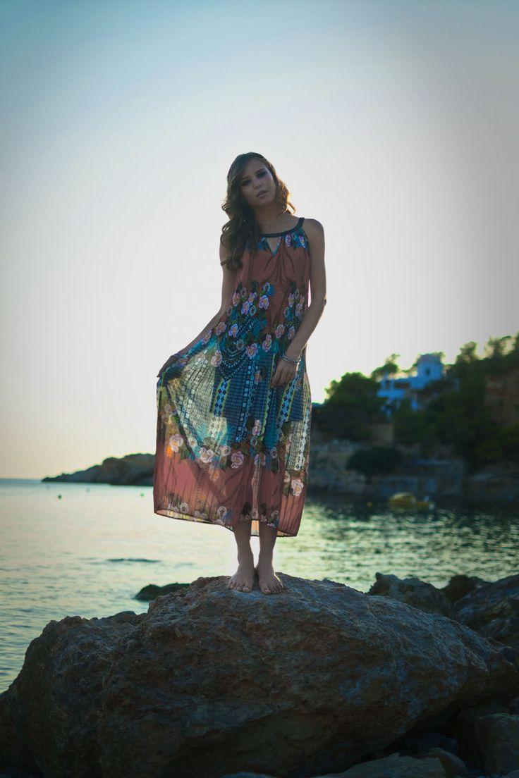 Jeux de transparence au bord de la plage... Une robe Garella - Collection printemps/été 2016. A retrouver dans notre boutique New Capucine à Vesoul.