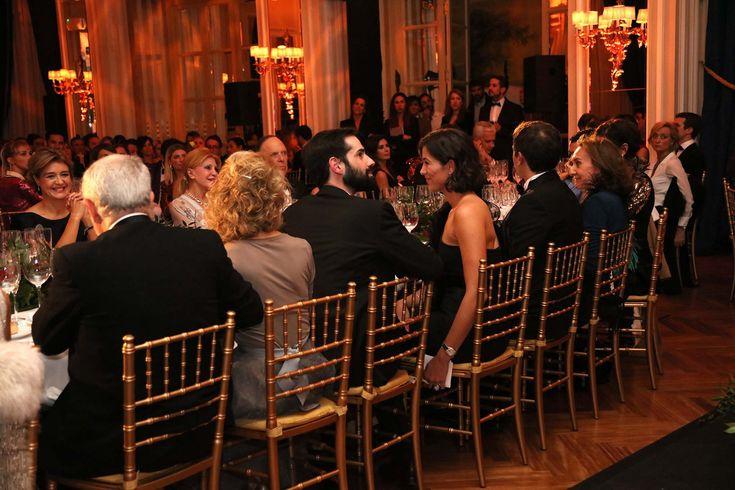Baronesa Carmen Thyssen y Marques Carlos de Griñon   escucha el discurso de Javier del Olmo, presidente de Ediciones Condé Nast. - Todos los invitados a la cena de gala Personaje del Año