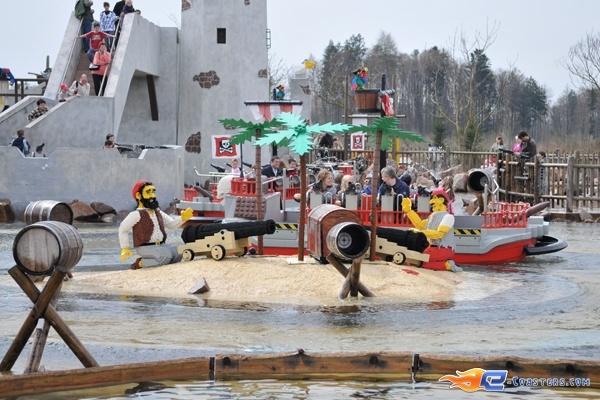 3/11 | Photo de l'attraction Kapt'n Nicks Piratenschlacht située à Legoland Deutschland (Allemagne). Plus d'information sur notre site http://www.e-coasters.com !! Tous les meilleurs Parcs d'Attractions sur un seul site web !!