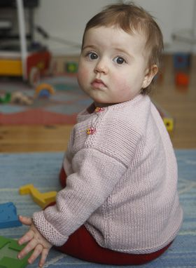 En god basisbluse til baby. Opskriften kan nemt varieres, f.eks. med striber eller andre kanter