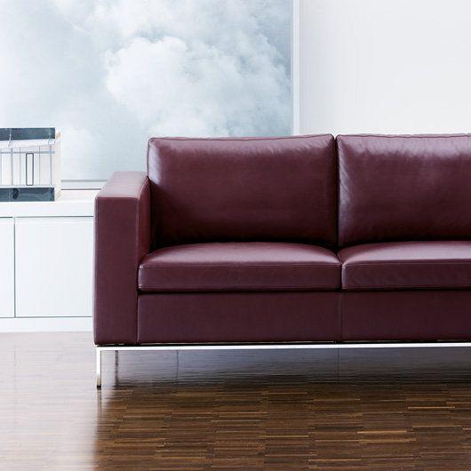 Ausgewogene Proportionen gehören zu den Glanzleistungen der Gestaltung. Foster 503 setzt neue Maßstäbe für klassische Sofas. Schwebende Basis, Rücken und Armlehne bilden vollkommene Verhältnisse.
