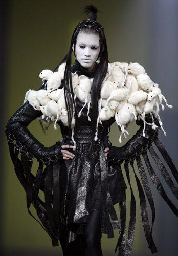 Gareth Pugh - abito in pelle nera con frange, coprispalla in lana bianca a forma di topolini. Stella Contemporary Fashion Awards 2007, Zurigo, Svizzera.