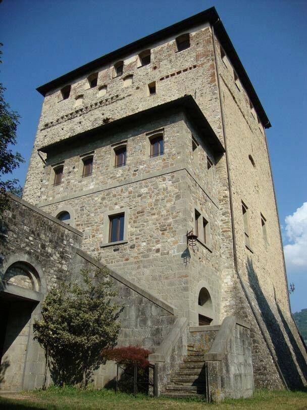Il castello Malaspina-Dal Verme di Bobbio è una possente costruzione quadrangolare situata all'interno dell'abitato, in posizione elevata nella parte alta del paese e sopra al parco omonimo. 44°46′17.4″N 9°23′11.04″E