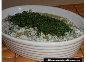 Malzemeler  1 su bardağı Yeşil Mercimek  2 yemek kaşığı pilavlık bulgur  1 adet salatalık  1 su bardağı yoğurt  2 diş sarımsak  ½ demet dereotu  Tuz  2 yemek kaşığı zeytinyağı  Ayıklayıp yıkadığınız yeşil mercimeklerin üzerine su ekleyip haşlayın ve süzün.  Bulguru da ayrı bir yerde haşlayın. Her ikisi de soğuyunca bir kaseye alın içine, ince ince doğradığınız salatalıkları ve dereotunu, yoğurdu, dövülmüş sarımsakları koyup karıştırın. Tuzunu ayarlayın. Servis ta...