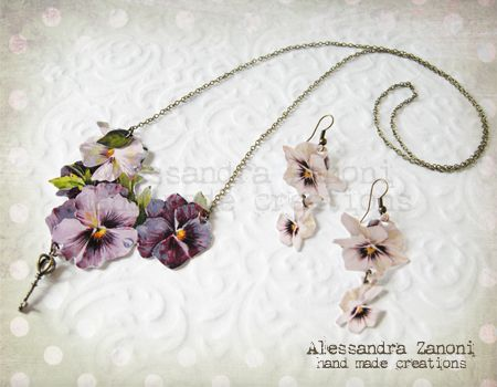 Collana e orecchini realizzati con carta plastificata e arricchiti con charms in bronzo