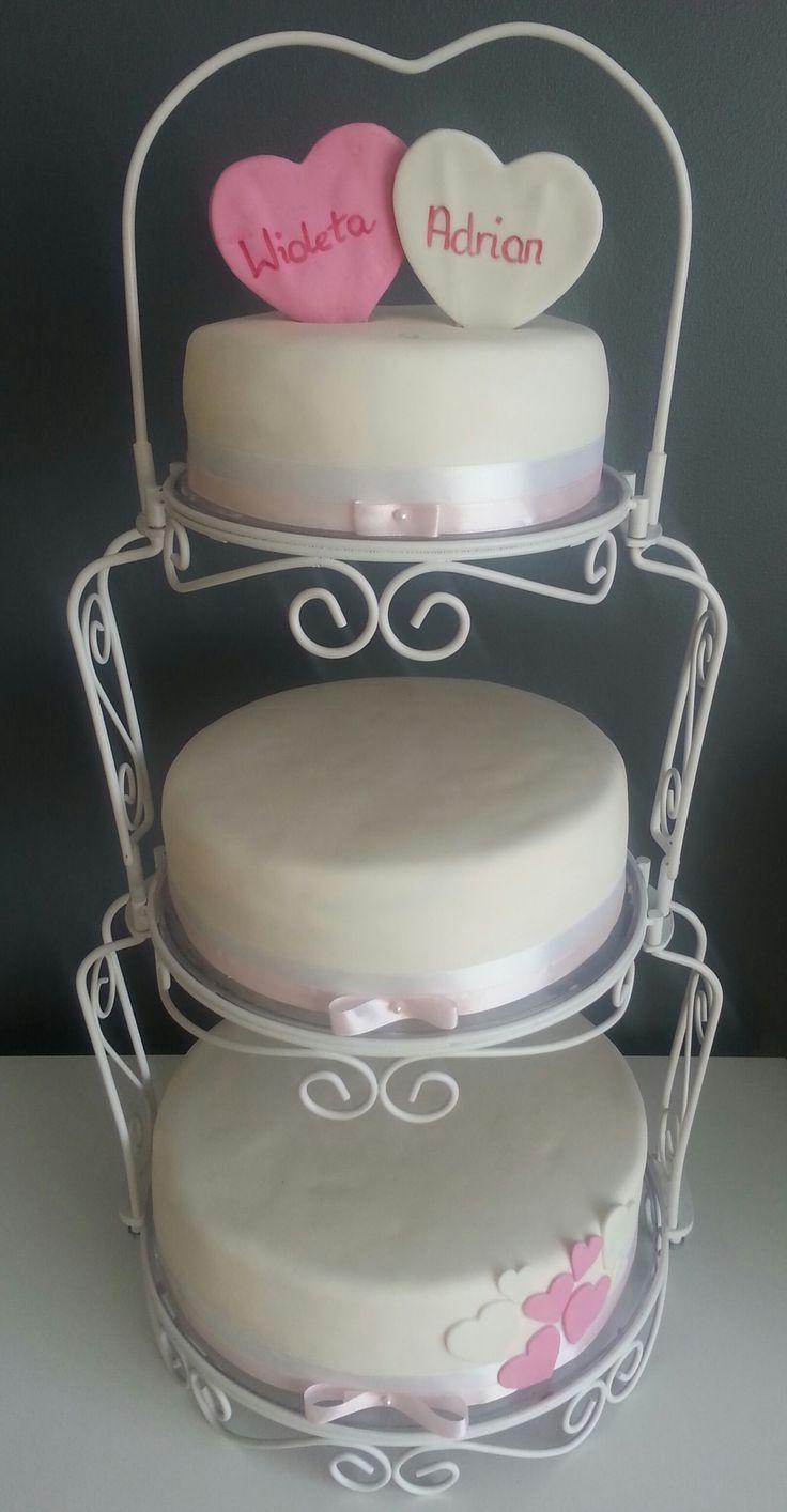 Tort weselny, tort w stylu angielskim, tort z sercami, imiona w sercu, pudrowy tort weselny, tort weselny z wstążką