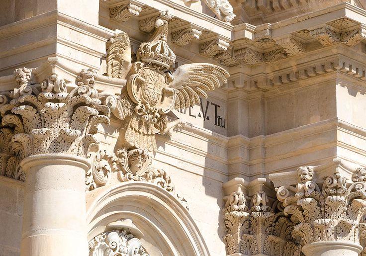 Arte barocca e architettura in Sicilia - meraviglie della Sicilia--Dettaglio della magnifica facciata della Cattedrale di Siracusa (progettato da Andrea Palma