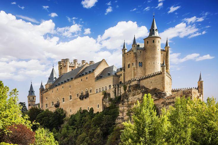 Zamek w Segowii leży na skalnym wzniesieniu nad rzekami Eresma i Clamores, które podobno było zagospodarowane już w czasach rzymskich. Położony w pobliżu gór Sierra de Guadarrama Alcazar, został wzniesiony jako budowla obronna (pierwsze wzmianki pochodzą z roku 1120), ale przez wieki spełniał rozmaite funkcje: był siedzibą hiszpańskich królów, szkołą artylerii, a nawet... więzieniem