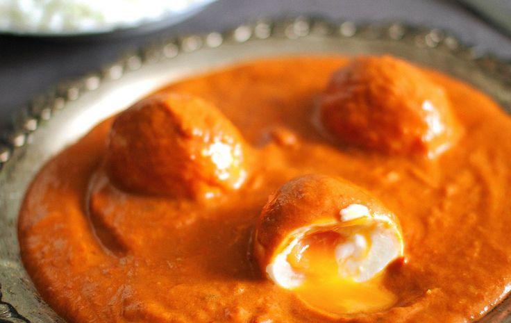 Kauho riisin päälle syvien makujen currykastiketta ja pehmeäksi keitettyjä munia.