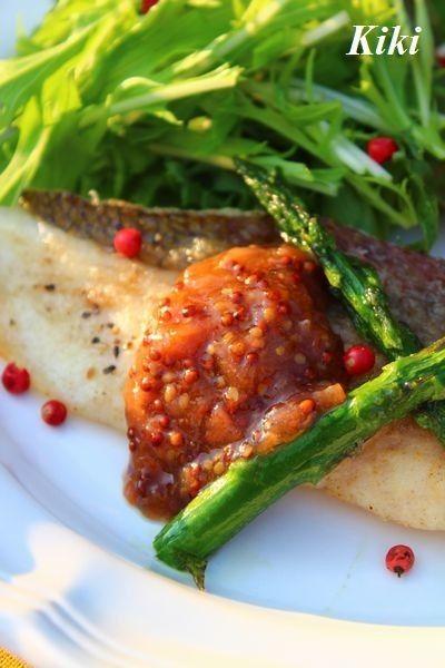 ハニー梅マスタードムニエル      甘酸っぱいソースが白身魚にベストマッチ! ぜひ試してみて! ♡Kiki♡     材料 (2人分) 白身魚 2切れ ○南高梅 1個 ○粒マスタード 小さじ1 ○はちみつ 小さじ1/2 塩こしょう 少々 小麦粉 適量 バター 10g 作り方 1 白身魚に塩こしょうをし、小麦粉を薄くまぶす。 2 オリーブオイルをフライパンに熱し、両面焼き上げる。 3 仕上げにバターを入れ絡ませ皿に盛る。 4  南高梅は包丁で叩き、○を混ぜ合わせ魚にかけ出来上がり! コツ・ポイント 今回は鯛を使用しました。 鱈やヒラメなどお好みの白身魚で作ってくださいね! レシピの生い立ち 梅干と粒マスタードの組み合わせを考えたとき、真っ先にムニエルが思い立ちました。 やっぱり合う~! レシピID:3901891