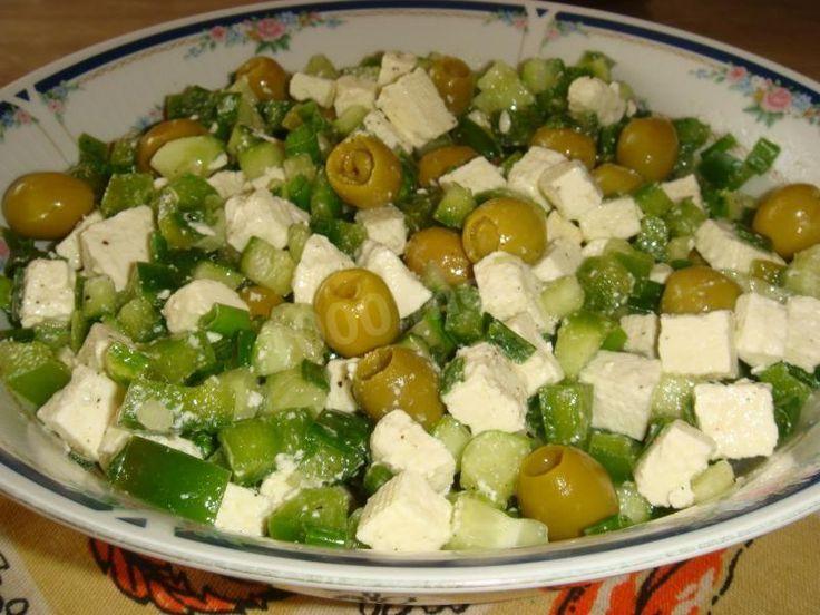 Зелёный греческий салат с сыром фета