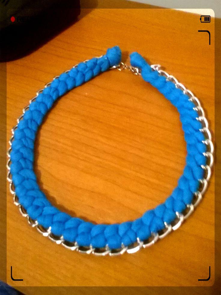 Hermoso collar azul elaborado en trapillo y cadena plateada, ideal para looks formal e informal!