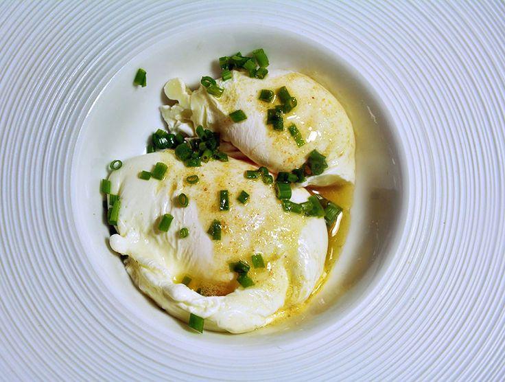 pochierte Eier in brauner gesalzener Butter