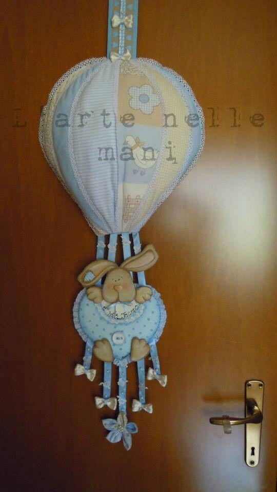 Coccarda nascita con mongolfiera patchwork e coniglietto in country painting