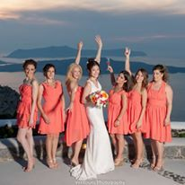 The bride and her bridesmaids in peach dresses. Amazing!
