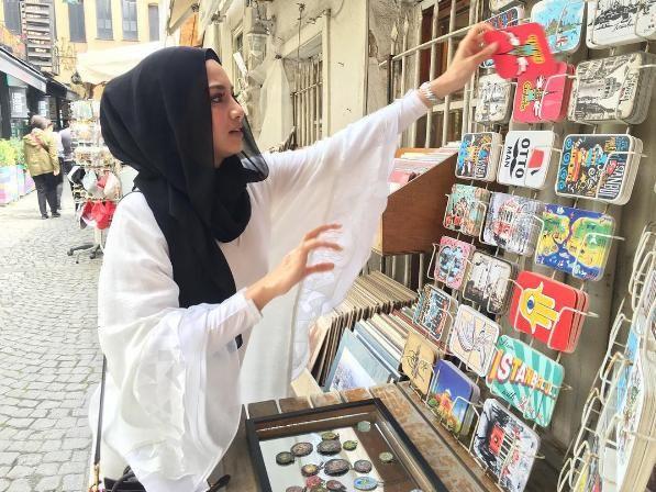 'Aku Yang Pakai Kau Yang Panas' - Neelofa Gara-gara sekeping gambar berbaju putih yang dimuatnaik oleh Neelofa semasa beliau mengunjungi Istanbul Turki baru-baru ini dia menerima kritikan pengikutnya kerana menganggap baju yang Neelofa kenakan adalah jarang sehingga menampakkan baju dalamnya.Baca lagi Gosip