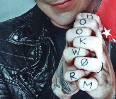 "The fact that Frank Iero has ""Bookworm"" tattooed onto his hands just makes me so happy."