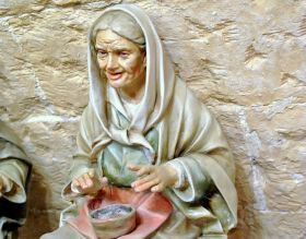 Statue in Papier-mache - Old Peasant woman of Arte Sacra di Claudio Riso Elderly woman sitting, statuette in papier-mâché with ends in terracotta and bust in straw, joining all with flour glue.