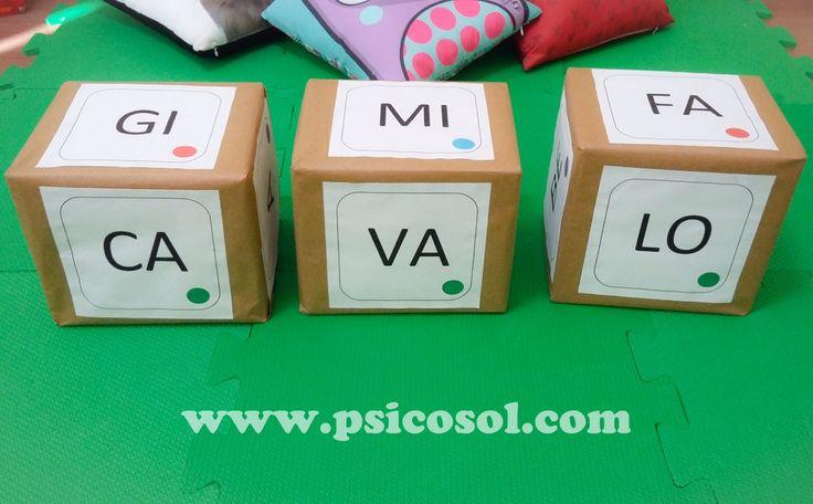 Oieee!!! Estes cubos poderão ser utilizados de muitas formas diferentes com as crianças em processo de alfabetização. Vamos ver? É necessário três caixas de papelão (pedi em um supermercado). Encapei com papel Craft e em cada lado coloquei uma sílaba.Eu…