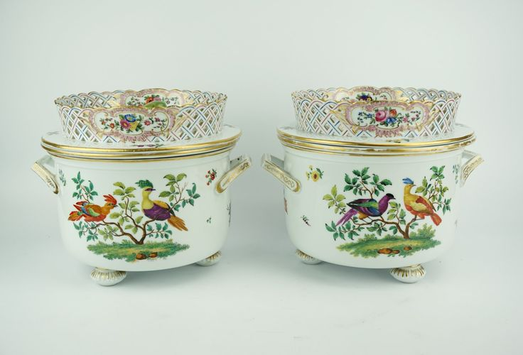 Een paar porseleinen ijsemmers voorzien van vogeldecor en florale motieven, Meissen, einde 19e eeuw, h. 19.5 cm (gelijmde chip).