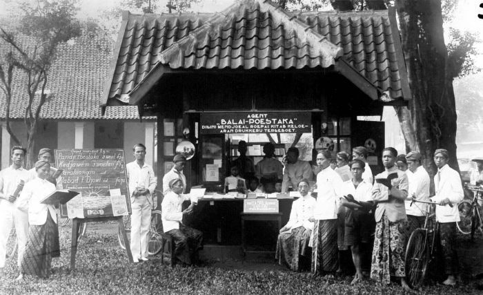 Balai Pustaka kiosk at Purwokerto (unknown year) | via Troppenmuseum NL