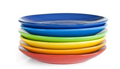 Platos  azules, amarillos verdes y rojos para comer.
