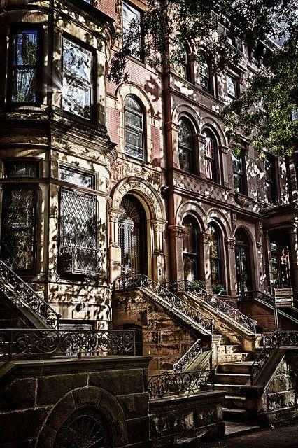 Park Slope, Brooklyn, NY. C'est le quartier le plus prisé de brooklyn, il recèle d'élégantes demeures bourgeoises. Les maisons de grès s'alignent harmonieusement.